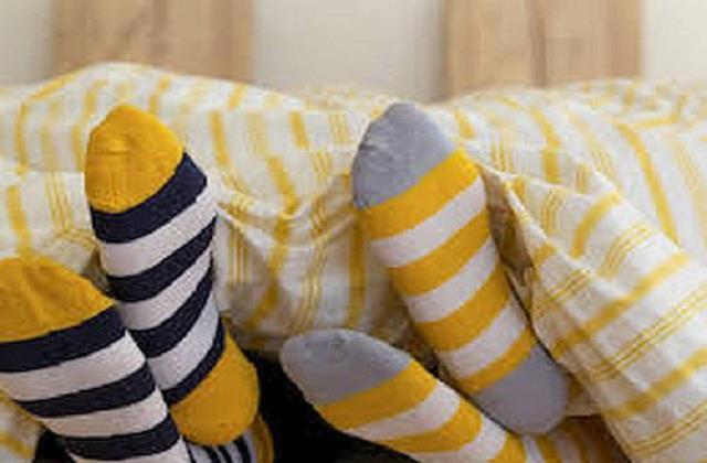 क्या आप भी मोजे पहनकर सोते हैं तो जान लें इसके फायदे और नुकसान