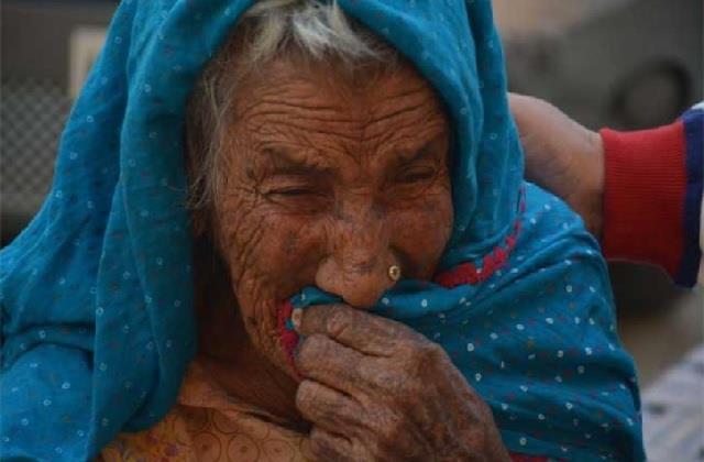 शर्मनाक! सड़क किनारे रोती रही बेसहारा सास, कलयुगी बहू ने बिस्तर समेत घर से निकाला