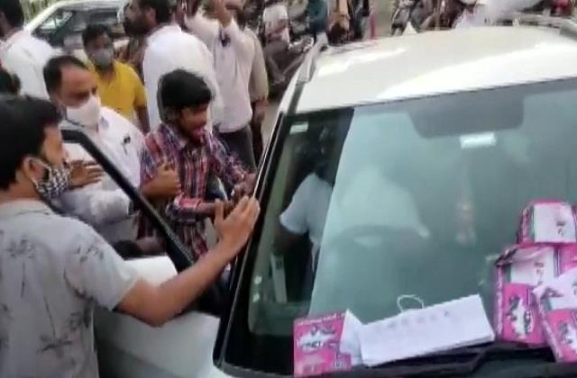 telangana bjp and trs workers clash during ghmc voting