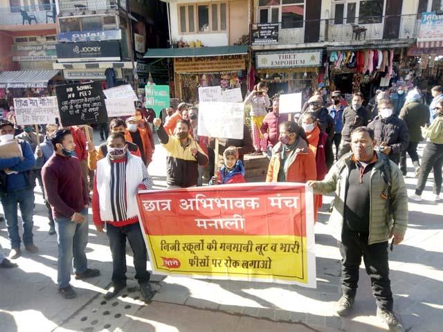 sloganeering against cm in manali