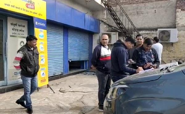 17 lakh robbed from atm by holding security guard hostage in jhajjar