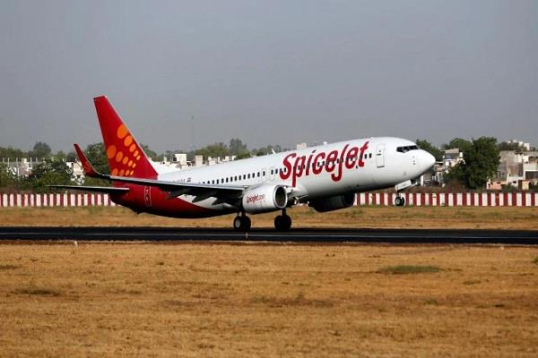 spicejet flight departed 1 hour 20 minutes late