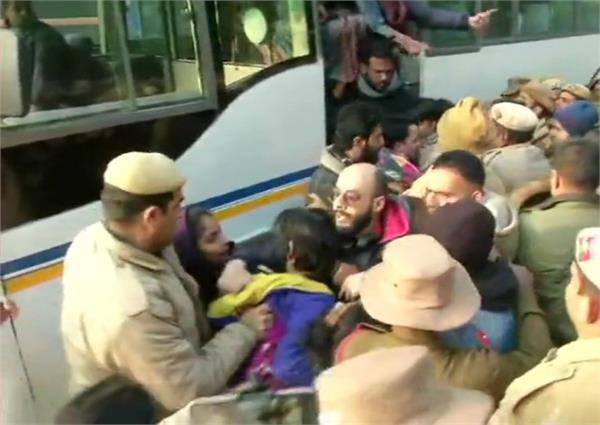 police detained protesters sitting outside delhi police headquarters
