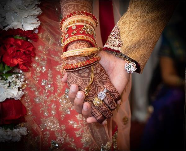 अनोखी शादीः दुल्हे की जगह घोड़े पर सवार होकर पहुंची दुल्हन