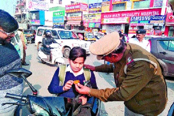 traffic police launched a unique campaign awareness by giving flowers