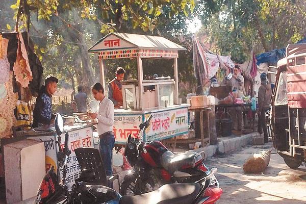 repair of vehicles on road made traffic jam
