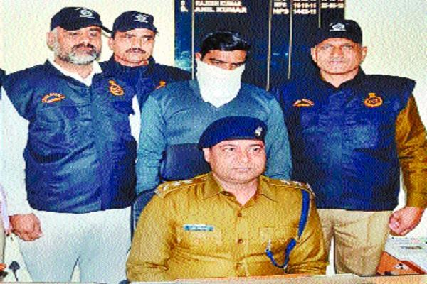illegal arms smuggler arrested 2 pistols three country made bags seized