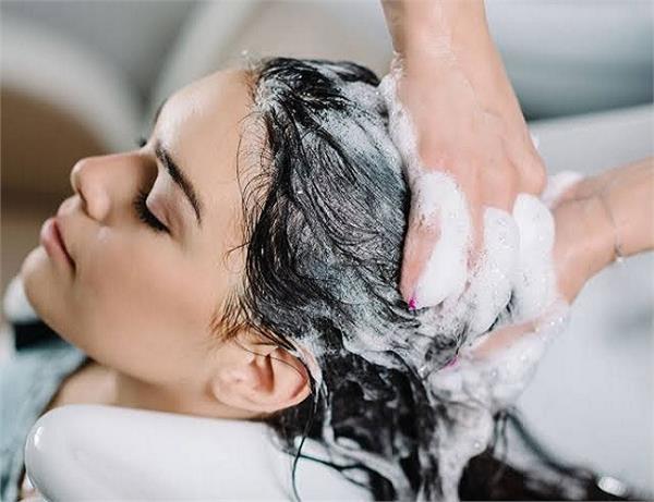 ऑयली बालों से छुटकारा चाहिए तो बदल डालें Hair Wash करने का तरीका
