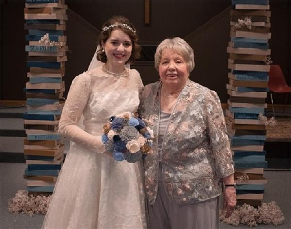 Wow! पोती ने पहना दादी का वेडिंग गाउन