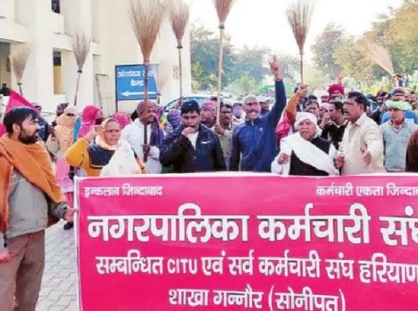 safai workers demonstrated on non payment of salary