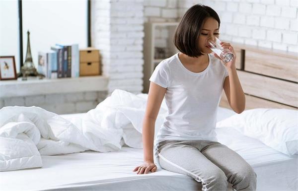 बासी मुंह पिएं गुनगुना पानी, मिलेंगे लाजवाब फायदे