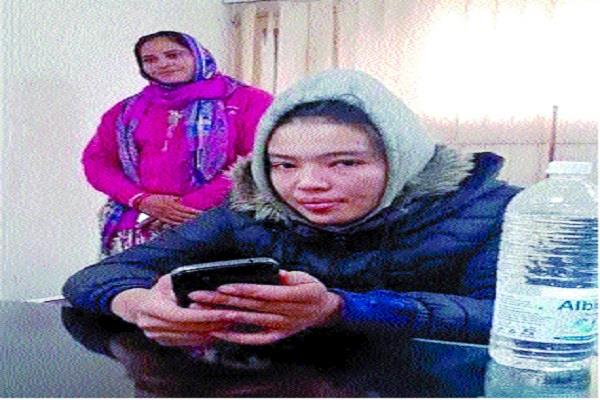 uzbekistan lady lost way police handed over to embassy