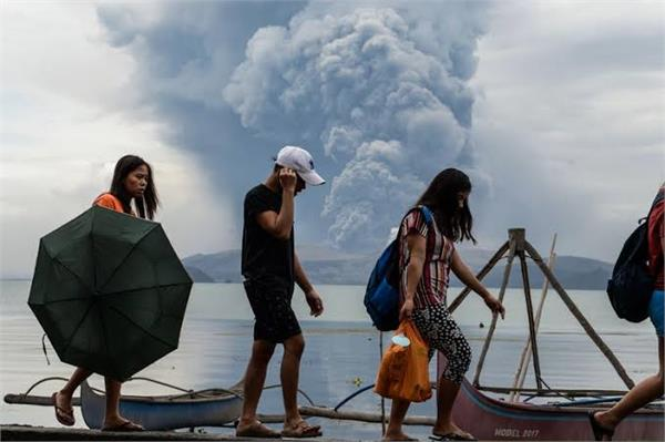volcanic eruption in the philippines thousands to flee homes