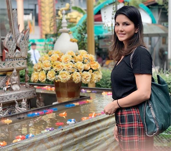 थाईलैंड में एंजॉय कर रही सनी लियोनी, शेयर की फोटोज