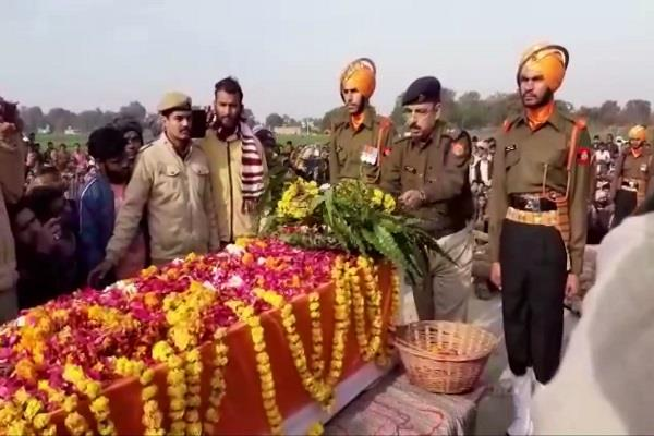 tribute to the brave martyr given with moist eyes hariom amar rahe slogans