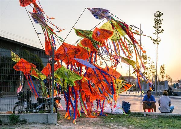 रंग-बिरंगी पतंग उड़ा कर मनाएं बसंत, See Pics