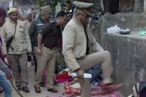 inhumane face of up police exposed beggar beaten with kick and punch