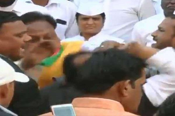 congress leaders clash for hoisting the tricolor slaps and punches