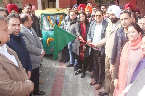 mayor and minister soni give green signal to 10 cleanliness e rickshaws