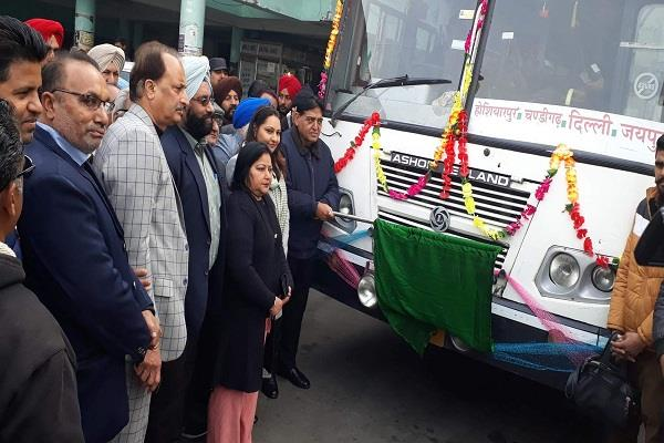 arora flagged off bus from hoshiarpur to jaipur