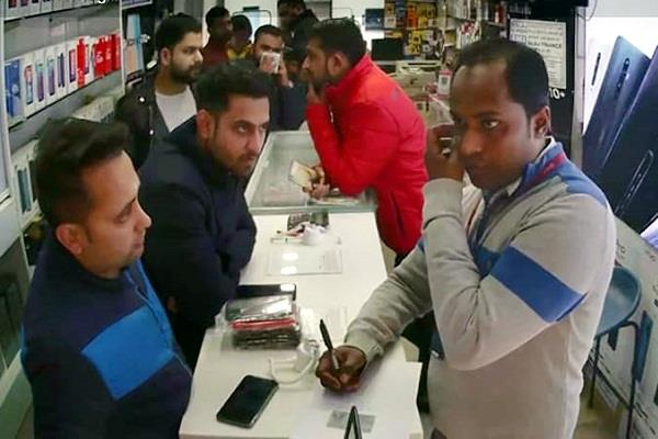 nausarbaaz cheated 1 lakh in mobile showroom in vicious style