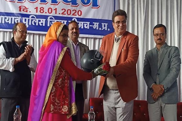 commendable initiative neemuch police helmet bank 27 gram panchayats