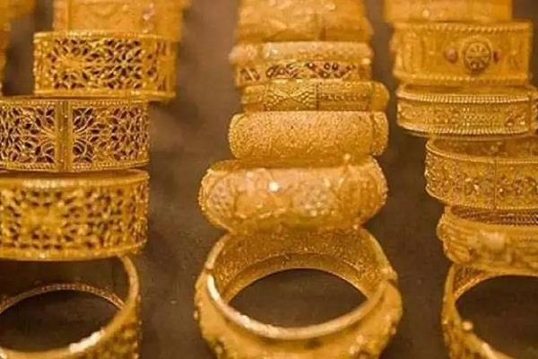 gold slipped by rs 450 in futures trade