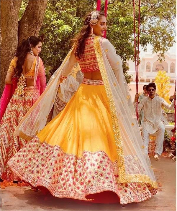Bridal Fashion: स्टाइल ही नहीं कम्फर्ट भी देंगे लाइट वेट चंदेरी लहंगे!