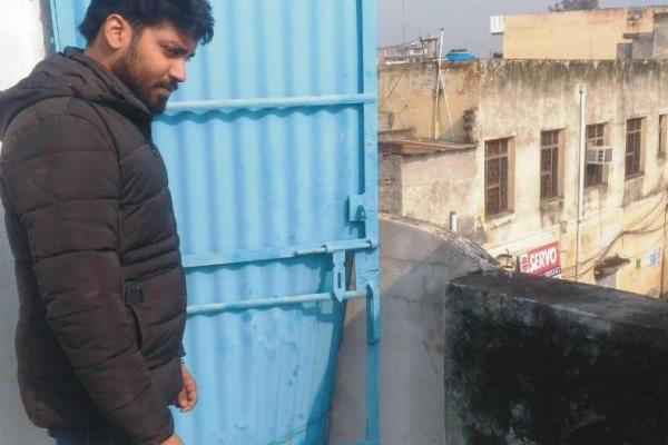 robbery not stopping in adampur looted in the shop