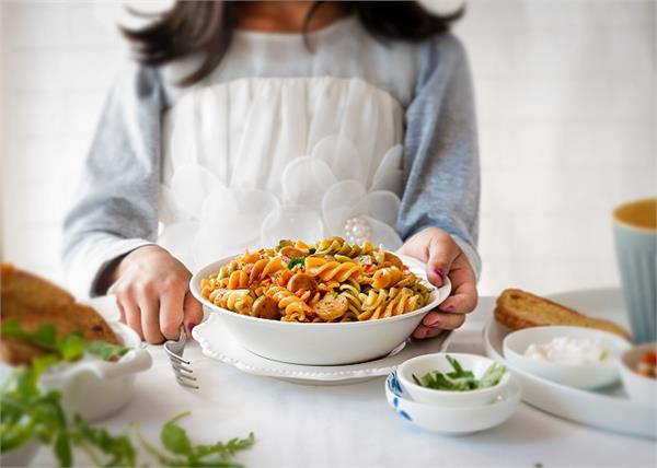 गणतंत्र दिवस: मजे से खाएं और खिलाएं Tricolor Chicken Pasta