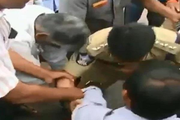 dsp in turn fell at the feet of protesters