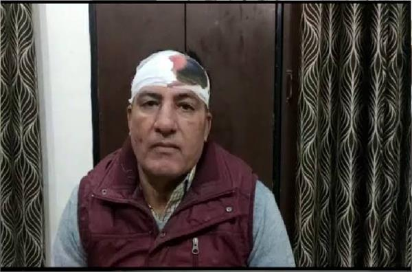 naib tehsildars charge tehsildar bursts head from paperweight