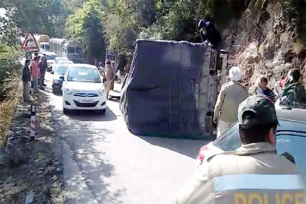truck overturns on chandigarh manali nh