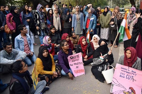 women protesting at jantar mantar wearing hijab