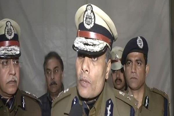 delhi police commissioner says for the first time protesters go off the road