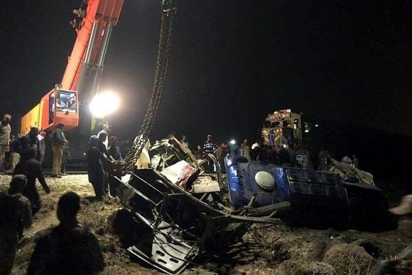 30 people killed in bus crash at railway crossing in pakistan