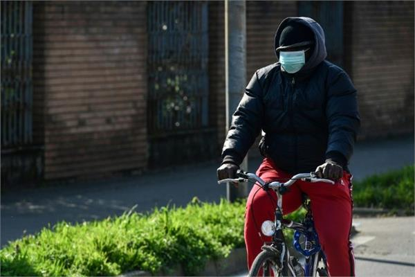 italy s 12 towns close down amid virus case clusters