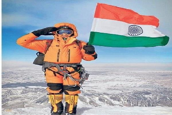 rohtash hoisted the tricolor for the second time on the top of elbrus