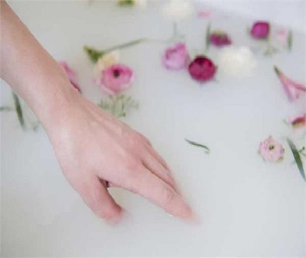 नहाने के पानी में मिलाकर इस्तेमाल करें यह 1 चीज, त्वचा बनेगी मुलायम