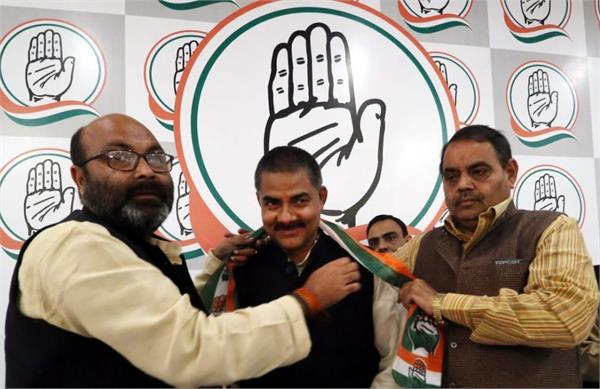 aap leader sanjeev kumar held hands with congress