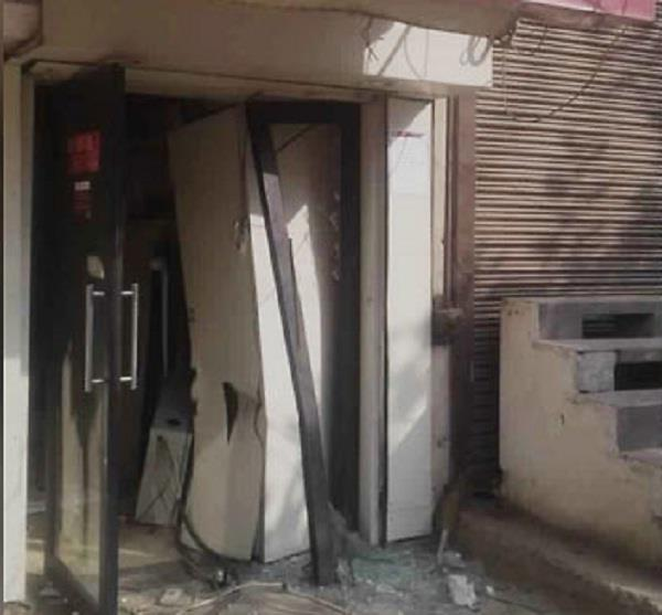 thieves uproot axis bank atm with rs 11 23 lakh in faridabad
