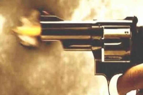 miscreants firing at the jewelery shop shopkeeper injured