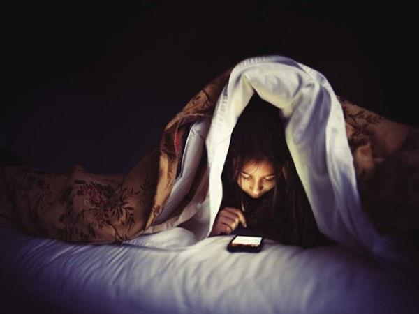 क्या आप भी मोबाइल के चक्कर में नहीं लेते पूरी नींद? जान लें इसके नुकसान
