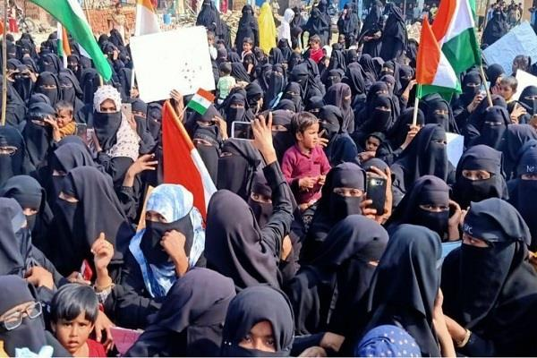 muslim women and police clash over caa nrc 12 detained