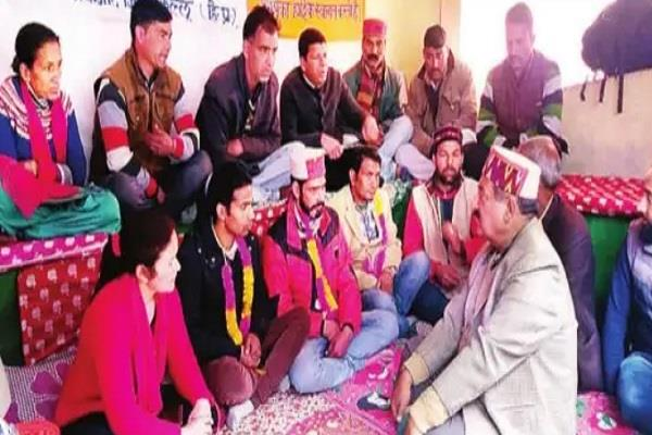 maheshwar singh meets people sitting hunger strike parvati project
