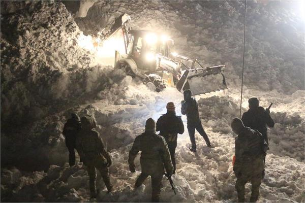 38 killed 53 injured in avalanche in turkey