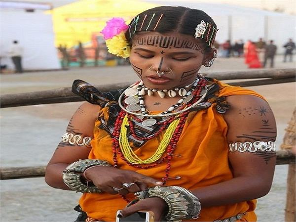 फैशन नहीं,  सुरक्षा के लिए टैटू बनवाती है यह आदिवासी लड़कियां