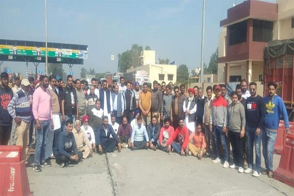 congress workers laid siege to chollang toll plaza on second day