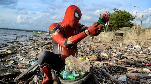 indonesia s real life spiderman fights littering and plastic