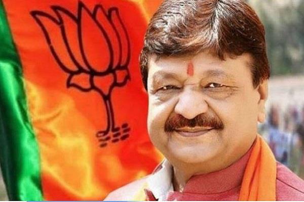 vijayvargiya took a pinch on kejriwal s victory